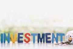 Investeringträord med mynt i den glass kruset mot blurr Royaltyfri Bild