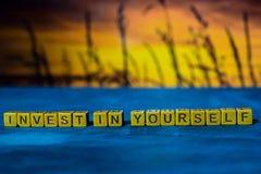 Investieren Sie in selbst auf Holzklötzen Kreuz verarbeitetes Bild mit bokeh Hintergrund stockfotografie