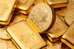 Investierung im realen Gold Stockbilder