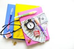Investierung von Zeit und von Geld in Bildungskonzept Unterschiedlicher Schulbedarf, Banknoten Draufsicht, Abschluss oben lizenzfreies stockfoto