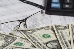 Investigação empresarial Close up dos espetáculos, notas de dólar, calculadora no papel com dígitos fotografia de stock
