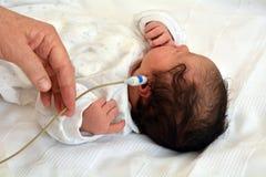 Investigación de la audiencia del niño recién nacido Fotos de archivo