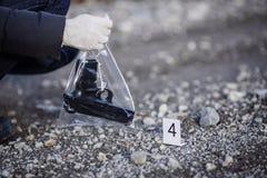 Investigación de la escena del crimen - recogida de la pistola en manera Imagen de archivo libre de regalías
