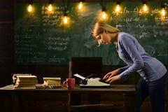 Investigación del detective privado información De nuevo a enseñar del escuela y casero periodismo Educación de la literatura y d fotos de archivo libres de regalías