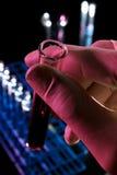 Investigación del laboratorio con la mano que sostiene el tubo de ensayo - serie 3 foto de archivo