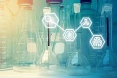 Investigación del laboratorio - cristalería o cubiletes científicos con Scien Foto de archivo