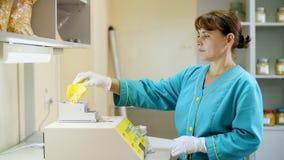 Investigación del laboratorio de las semillas del maíz muestras de diversas especies, variedades de maíz de la selección laborato almacen de metraje de vídeo