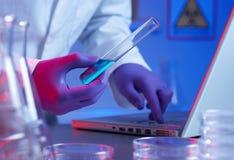 Investigación del tubo de prueba de la biotecnología Foto de archivo libre de regalías