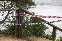 Investigación policial en la playa peligrosa fotografía de archivo