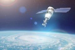 Investigación, sondando, supervisión del seguimiento en un vórtice ciclónico, un huracán El satélite sobre la tierra hace las med imagenes de archivo