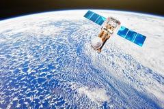 Investigación, sondando, supervisión en de la atmósfera El satélite hace una encuesta de nubosidad y de otros parámetros del tiem stock de ilustración