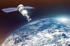 Investigación, sondando, supervisión en de la atmósfera El satélite sobre la tierra hace las medidas de los parámetros del tiempo fotos de archivo
