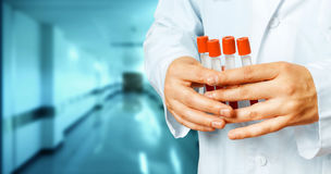 Investigación y concepto globales de la atención sanitaria Tubos de ensayo del laboratorio del control del doctor Imagenes de archivo