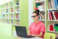 Investigador académico joven Working Remote de la biblioteca Fotografía de archivo