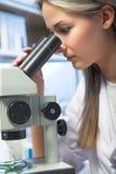 Investigador con el microscopio imagen de archivo
