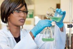 Investigador de sexo femenino africano con dos vidrios Fotografía de archivo libre de regalías