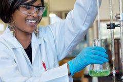 Investigador de sexo femenino feliz en laboratorio químico Fotos de archivo