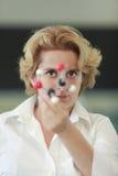 Investigador de sexo femenino que analiza una estructura molecular Fotos de archivo