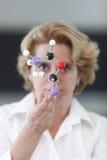Investigador de sexo femenino que analiza una estructura molecular Imagen de archivo