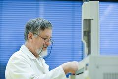 Investigador de sexo masculino mayor en un laboratorio Imagen de archivo