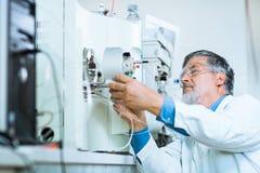 Investigador de sexo masculino mayor en un laboratorio Imágenes de archivo libres de regalías