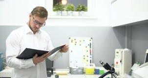Investigador Working In Laboratory almacen de video