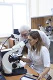 Investigadores de la atención sanitaria que trabajan en laboratorio de ciencias de la vida imagenes de archivo