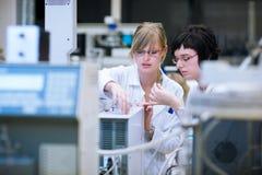 Investigadores de sexo femenino en un laboratorio de química Imágenes de archivo libres de regalías