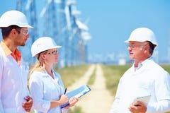 Investigadores en el trabajo sobre la central eléctrica de energía eólica Imagen de archivo
