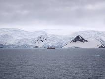 Investigue la nave ancored en la bahía del Ministerio de marina, rey George Island Imagen de archivo libre de regalías
