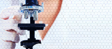 Investigue a los científicos en el microscopio con la célula hexagonal Imágenes de archivo libres de regalías