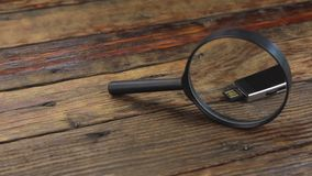 Investigue memoria USB con una lupa almacen de video