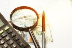 Investimento, azione o equità, ricerca del concetto del rendimento, magnifyin fotografia stock libera da diritti