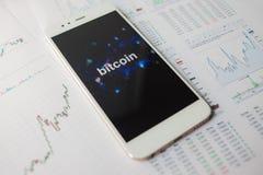 Investimento in Bitcoin, concetto Statistiche e rapporti, analisi del mercato di cryptocurrency fotografia stock