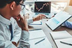 Investimento da reunião da equipe do negócio e empresário Trading Stock Market e de discussão e de análise da troca gráfico imagem de stock