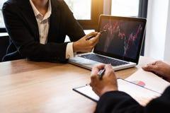 Investimento del gruppo di affari che lavora con il computer e il grap di analisi Fotografia Stock Libera da Diritti
