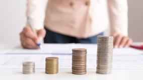Investimento do crescimento do conceito e crescimento de salvamento que empilham a moeda imagens de stock