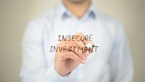 Investimento incerto, escrita do homem na tela transparente fotos de stock royalty free
