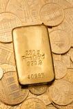 Investimento no ouro real do que o lingote de ouro Fotografia de Stock