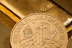 Investimento no ouro real do que o lingote de ouro e o ouro Fotografia de Stock Royalty Free