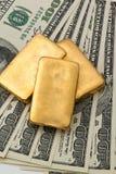 Investimento no ouro real do que o lingote de ouro e o ouro Imagens de Stock