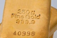 Investimento no ouro real do que o lingote de ouro e o ouro Imagem de Stock Royalty Free