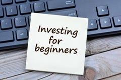 Investimento para palavras dos novatos em notas fotografia de stock royalty free