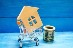 Investissement de propriété et concept financier d'hypothèque de maison achetant, louant et vendant des appartements Maisons d'im Images libres de droits