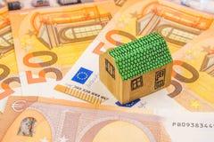 Investissement productif d'entreprise immobilière avec de nouveaux 50 euros comme backgroun Images libres de droits