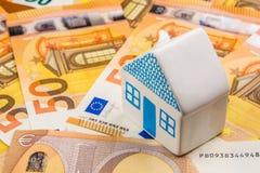 Investissement productif d'entreprise immobilière avec de nouveaux 50 euros comme backgroun Photo libre de droits