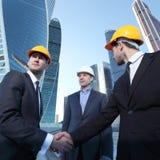 Investisseur et entrepreneur se serrant la main images libres de droits
