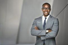 Investisseur exécutif financier gai d'actions d'homme d'affaires se tenant grand et fier photos stock