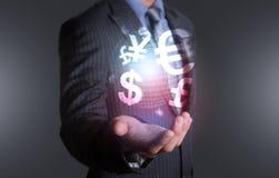 Investisseur tenant le monde de la devise Image libre de droits