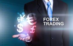 Investisseur tenant le monde du commerce de forex de devise Images stock